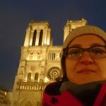 Lena Klimka na tle Katedry Notre Dame w Paryżu