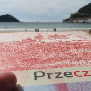 """okładka książki pt. """"Przeczucia"""" na tle Zatoki Biskajskiej"""