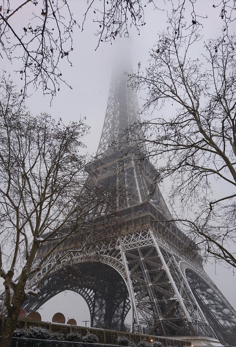 Wieża Eiffla niknąca w chmurach