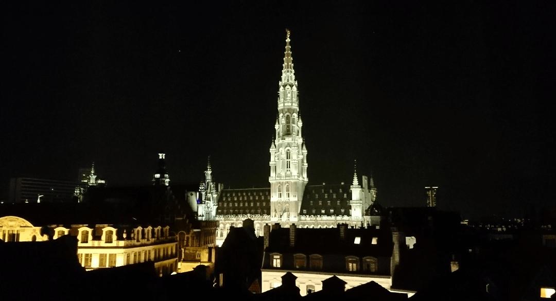 Widok na Wielki Plac w Brukseli nocą