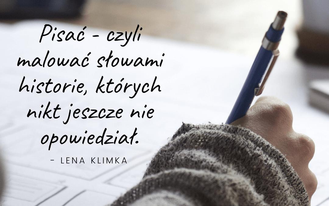 """Dłoń z długopisem i cytat: """"Pisać - czyli malować słowami historie, których nikt jeszcze nie opowiedział"""" - Lena Klimka"""